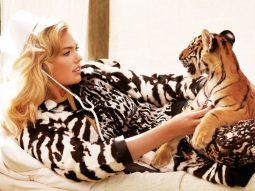 Kate Upton chơi đùa với hổ con trên bìa Bazaar Việt Nam