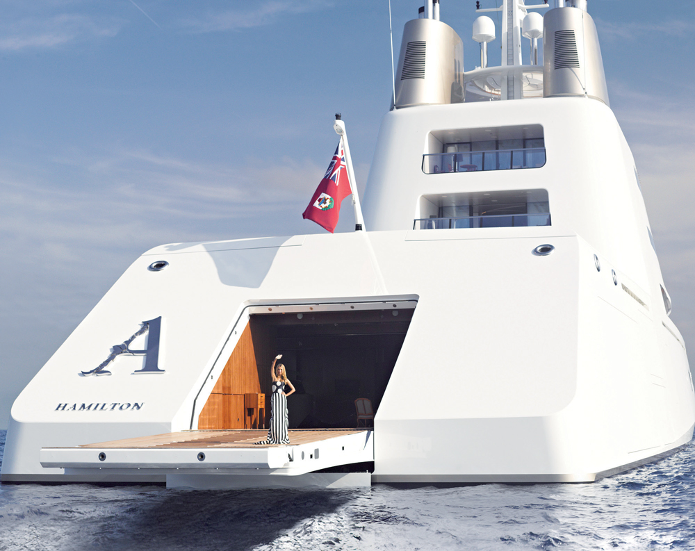 Aleksandra Melnichenko chào mừng chúng tôi lên thuyền. Đầm dài, Carolina Herrera