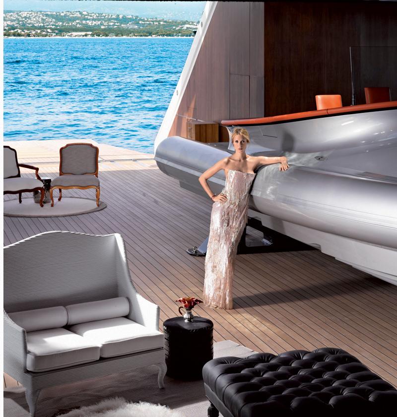 Aleksandra tựa người vào một chiếc thuyền tốc độ cao nằm bên trong du thuyền A. Đầm dài, Giorgio Armani