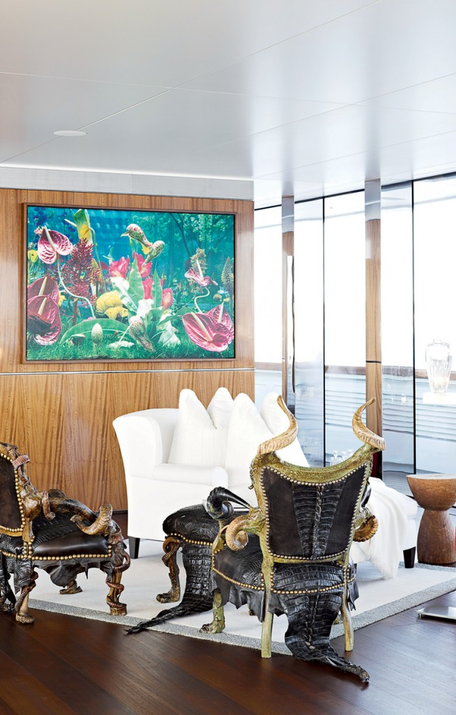 Đại sảnh theo phong cách tối giản thêm ấn tượng và độc đáo nhờ những chiếc ghế phủ da cá sấu của hãng Michel Haillard