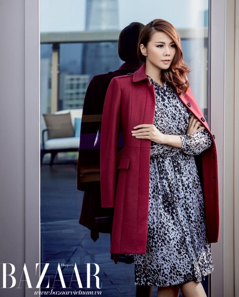 Đầm lụa và áo khoác dáng dài màu đỏ rượu, Burberry