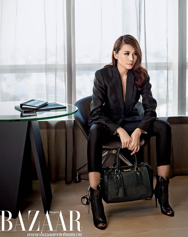 Bộ vest đen, túi xách, giày bốt và vòng tay, Burberry