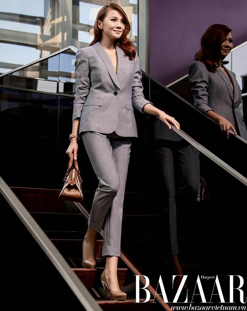 Bộ suit xám, túi xách mini và giày mũi bít cổ điển, Burberry