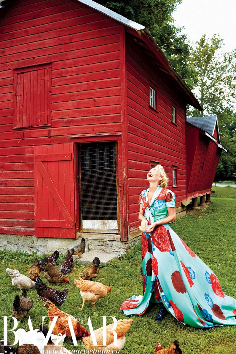 Đầm Carolina Herrera và hoa tai Melody Rodgers