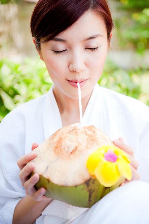 """""""Bạn không nên dùng thức uống có cồn hoặc nhiều đường vì chúng khiến cơ thể bị mất nhiều nước hơn. Để thay thế nước, tốt nhất bạn nên chọn nước dừa, nước ép trái cây..."""""""
