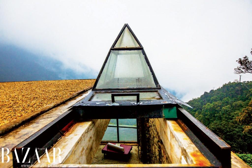 Để xuống nhà chính, bạn phải đi xuống một chiếc cổng như kim tự tháp nhỏ bằng kính dẫn xuống không gian rộng 100m² phía dưới