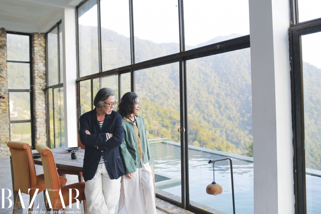 Hai người mặc trang phục do chị Mai Phương thiết kế