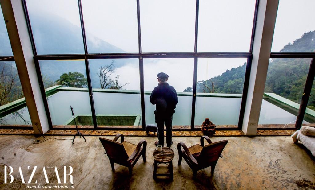 Nhà văn Nguyễn Quí Đức ngắm thung lũng mây từ phòng khách nhà mình