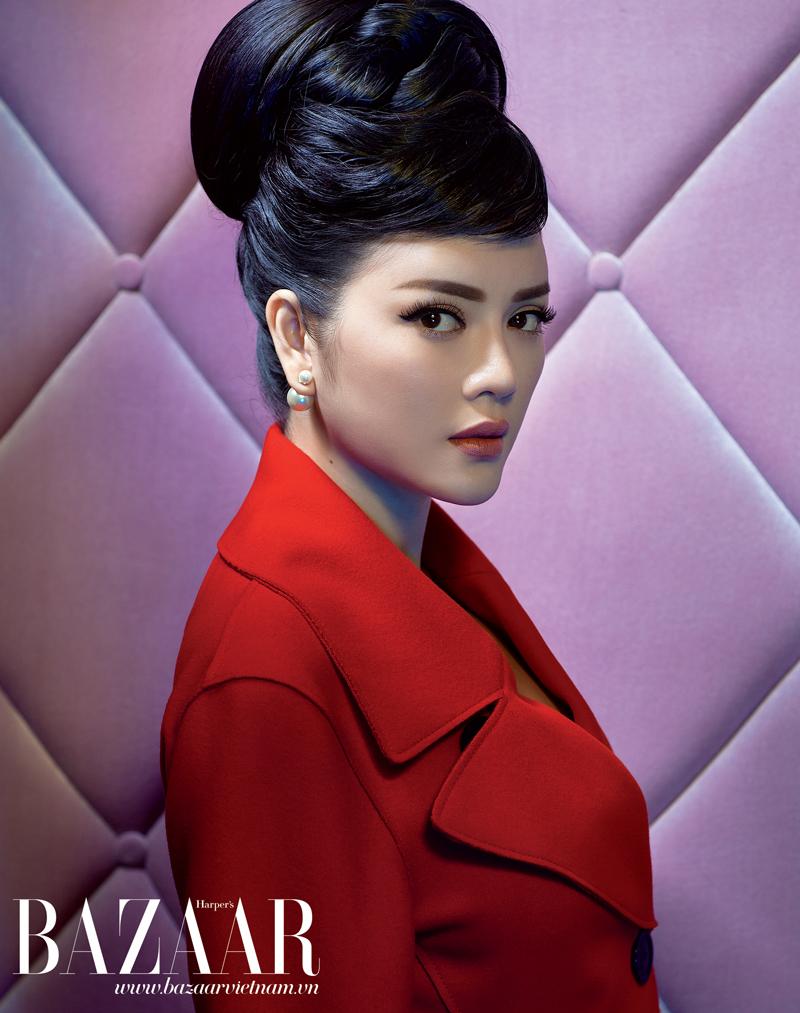 Áo khoác dáng dài và hoa tai ngọc trai, Dior.
