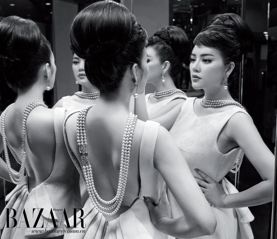 Đầm in hoa xếp nếp, PHUONG MY. Hoa tai và dây chuyền, LYNK Boutique
