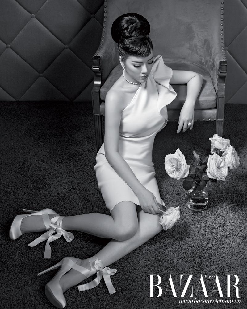 Đầm xếp nếp trên vai, Lanvin. Nhẫn, vòng cổ, hoa tai, Cartier. Giày mũi nhọn buộc dây, LYNK Boutique