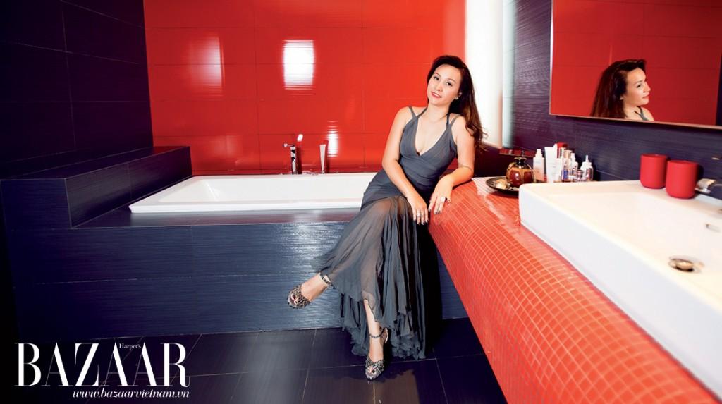 Nữ chủ nhân xinh đẹp thư giãn trong phòng tắm với mùi tinh dầu yêu thích. Chị mặc đầm của Hervé Leger