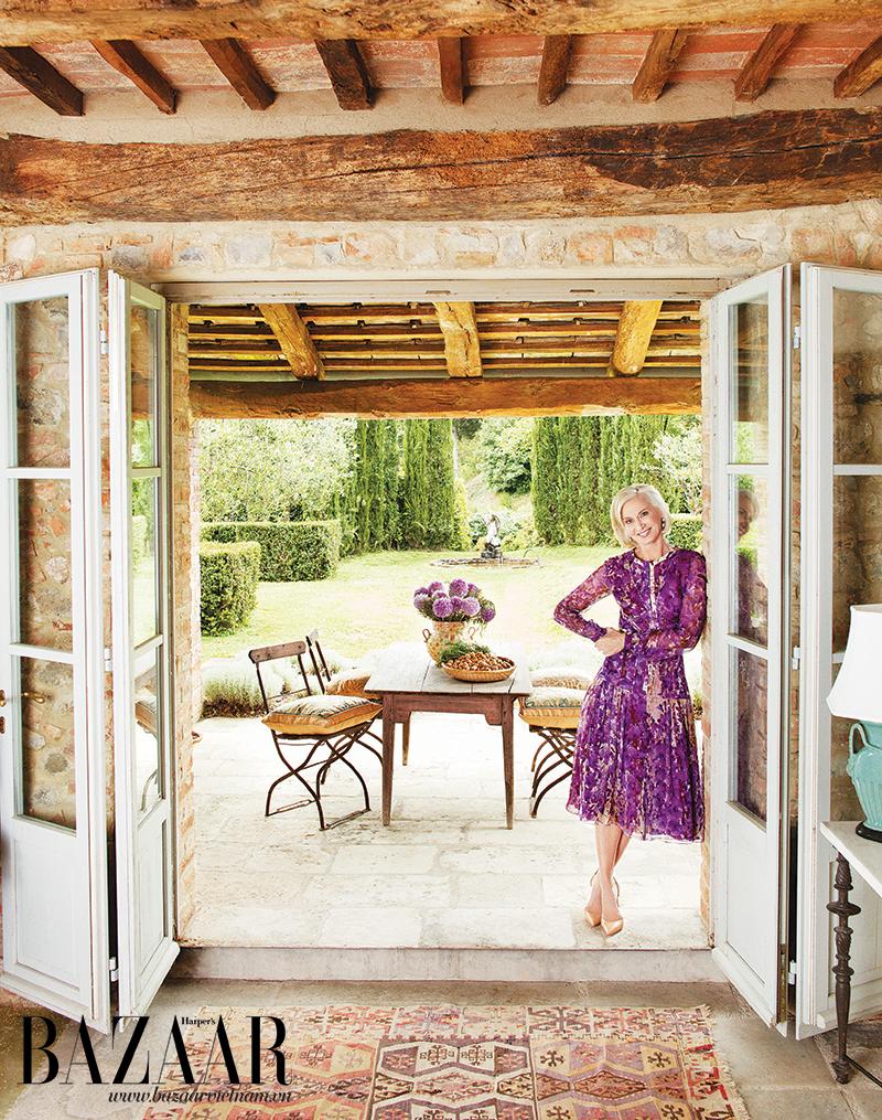 Guggenheim trên ngưỡng cửa điền trang tại Ý của mình. Bà mặc trang phục của J. Mendel trang phục,đi giày Christian Louboutin