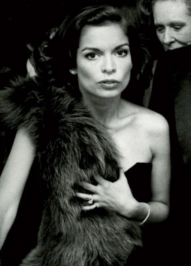 Bianca Jagger ở triển lãm The Glory of Russian Costume tại bảo tàng nghệ thuật Metroplitan New York năm 1976
