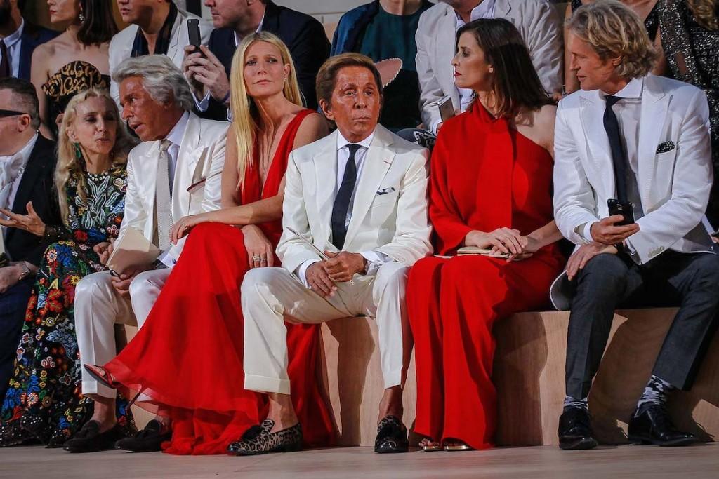 Gwyneth Paltrow ngồi cạnh nhà sáng lập Valentino Garavani