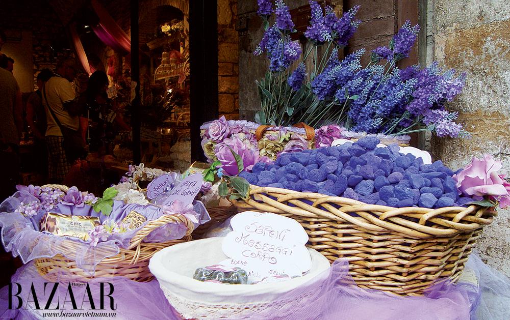 Ngày chợ phiên là lúc bạn có thể mua được những món mỹ phẩm sản xuất thủ công thơm ngát