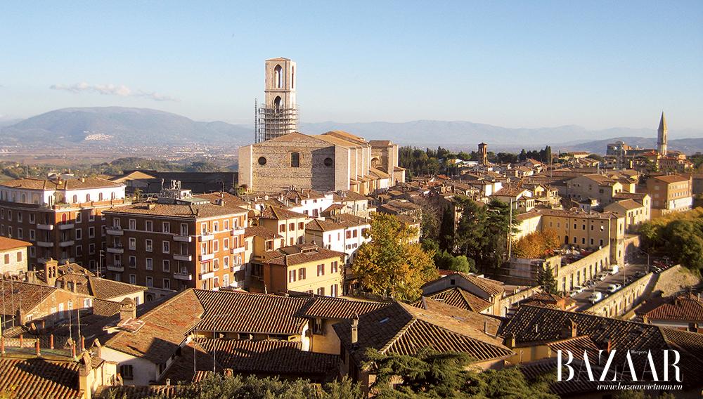 Một góc phố Perugia, thủ phủ Umbria, vào thời khắc chớm thu khi rặng cây bắt đầu thay lá