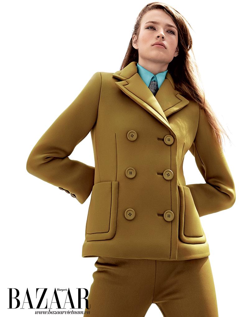 Bộ vest, áo dệt kim màu xám và áo sơ mi xanh bạc hà mặc bên trong, Prada.
