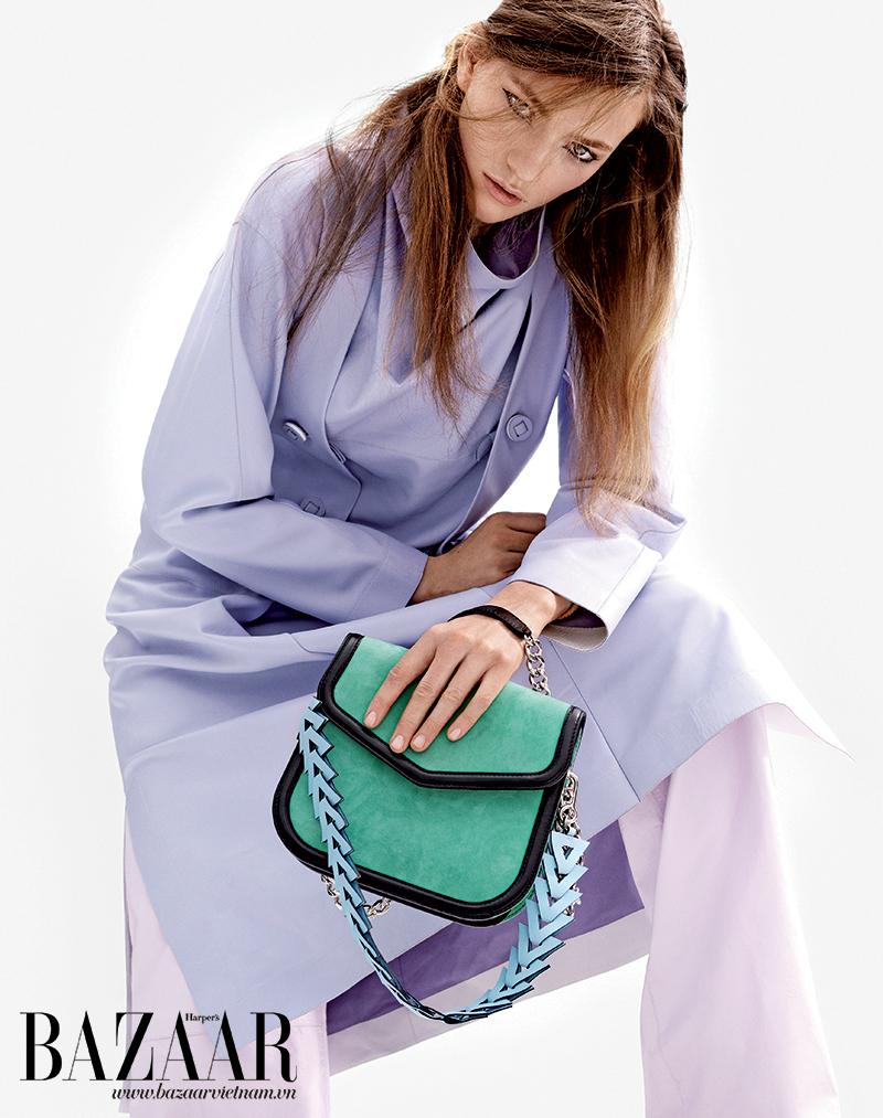 Đầm tím, quần và túi xách, Loewe.