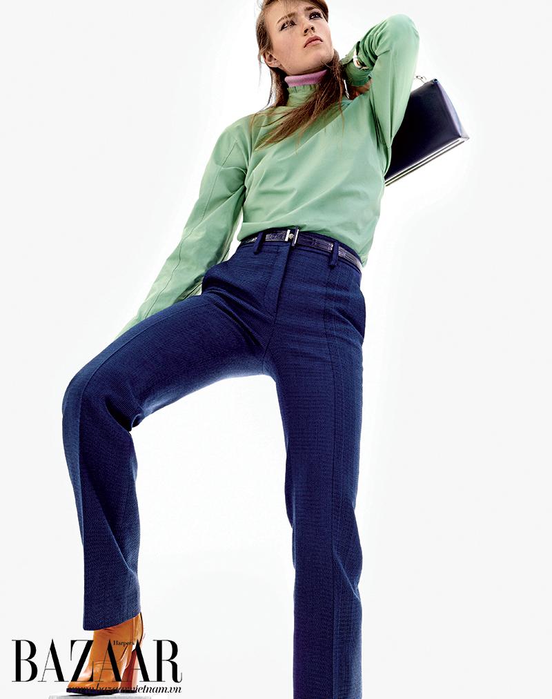 Áo sơ-mi, quần, bốt, Jil Sander. Đồng hồ, Dior. Túi, Balenciaga. Thắt lưng, Hermès.