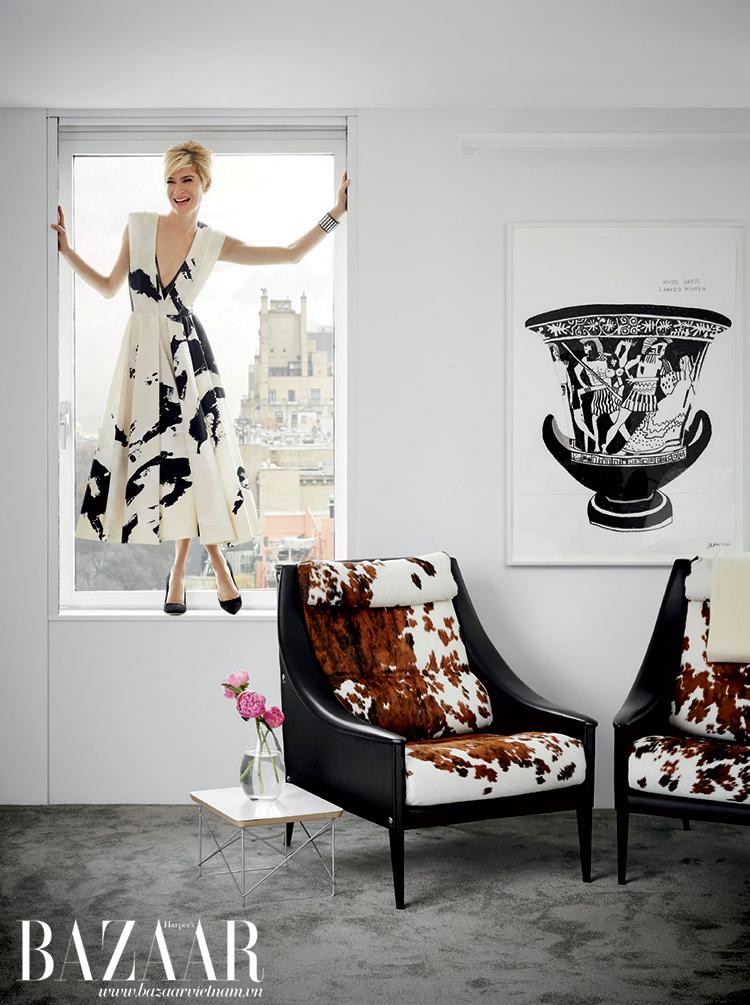 Cặp ghế Poltrona Frau trong phòng ngủ. Cô mặc đầm Donna Karan New York, vòng tay Chanel