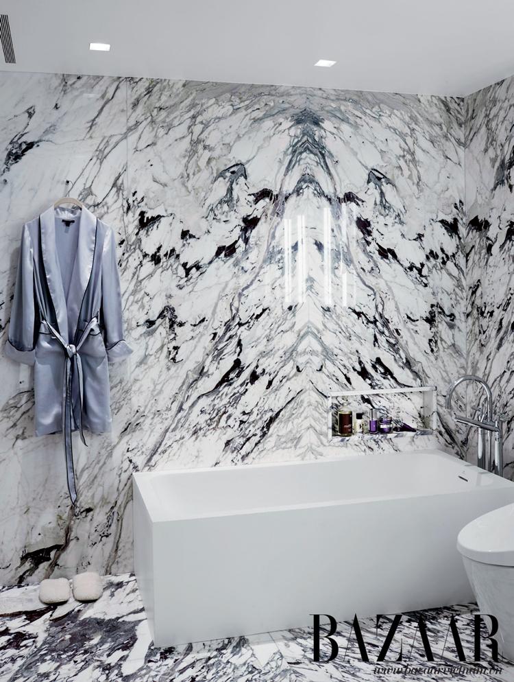 Phòng tắm lớn ấn tượng với tường bằng đá cẩm thạch Paonazzo