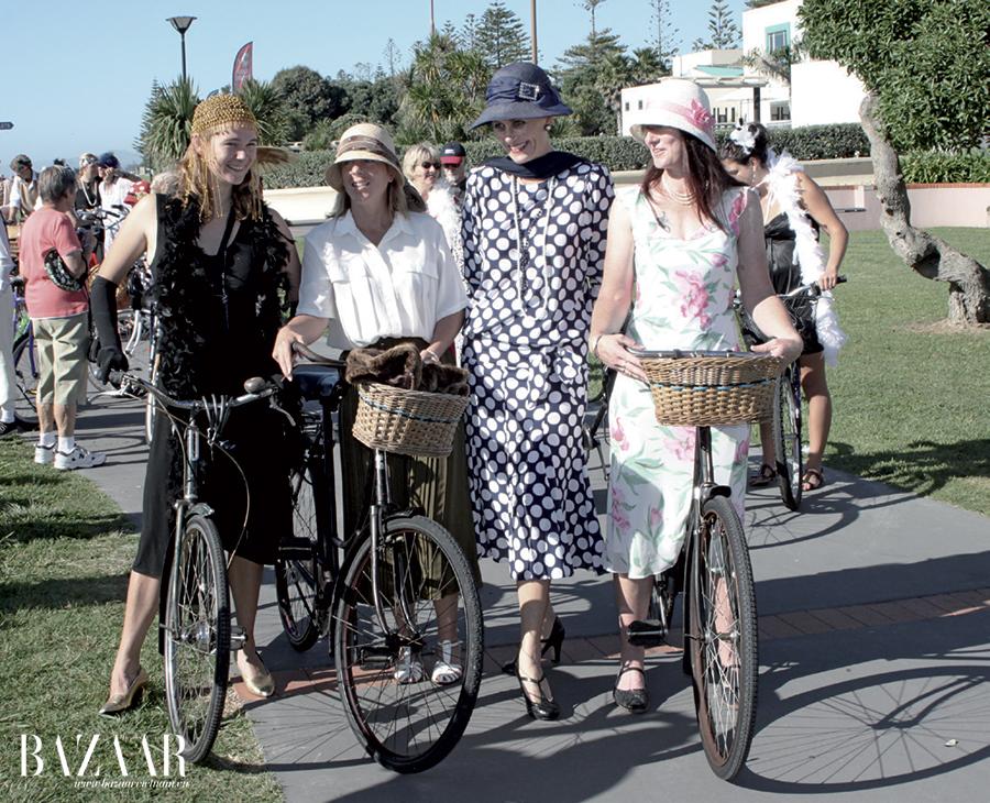 Các phụ nữ tham gia ngày hội Art Deco cuối tuần tại Napier