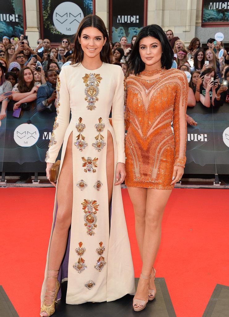 Chị em Kendall Jenner (mặc quần da) và Kylie Jenner (đầm trắng)