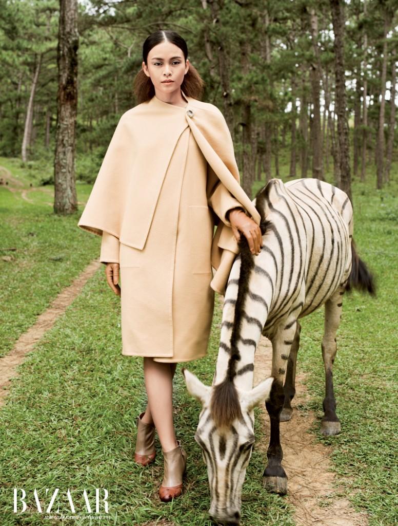 Áo khoác dạng cape, găng tay da, bốt cổ thấp phối hai màu, Hermès