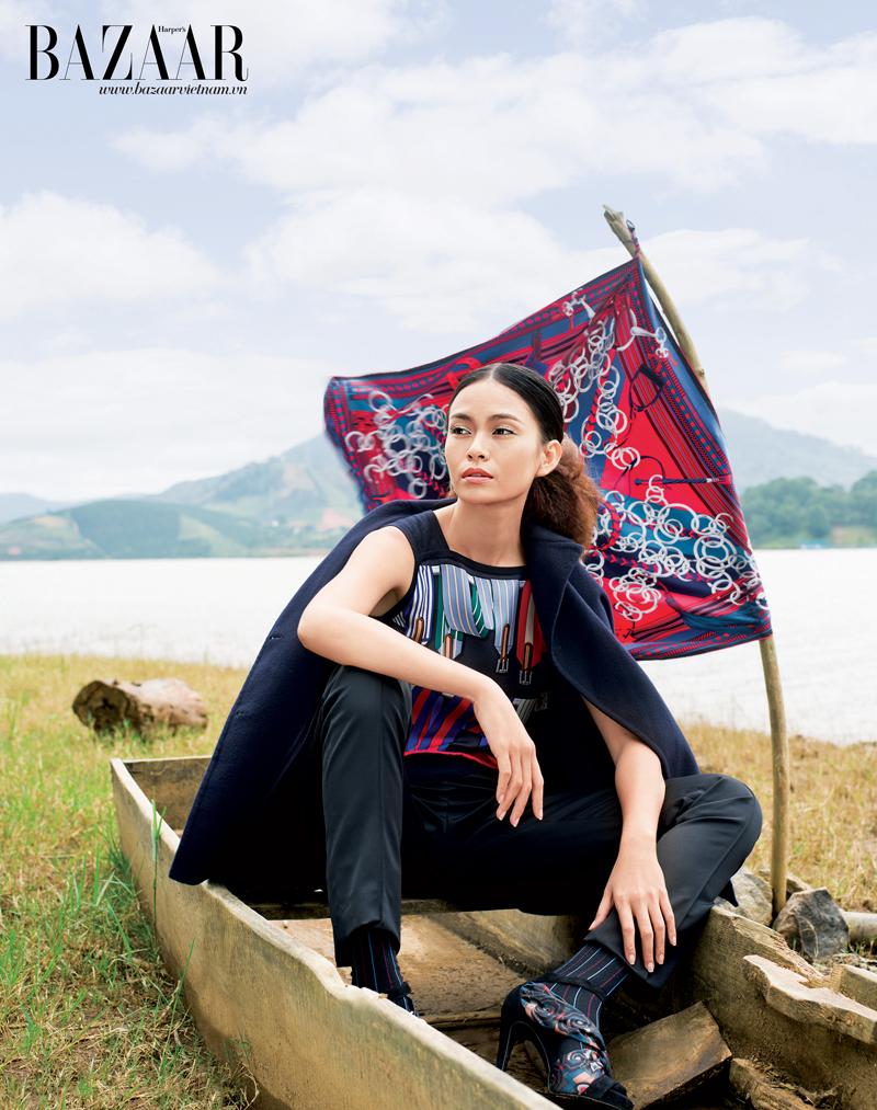 Áo dệt sợi in họa tiết, áo khoác chất liệu dạ, quần tây dáng suôn, giày sandal quai vải, khăn vuông, Hermès.