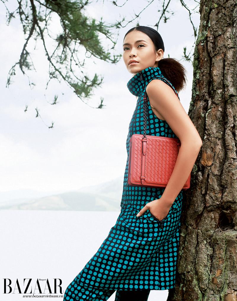 Áo cổ lọ dáng dài và quần dài chấm bi, túi xách, Bottega Veneta.
