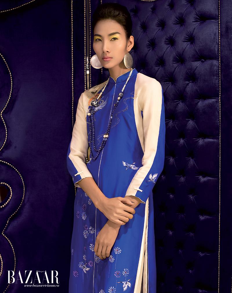 Áo dài ráp mảng trắng và xanh thêu chim hạc nhỏ cùng họa tiết hoa, Trịnh Hoàng Diệu.