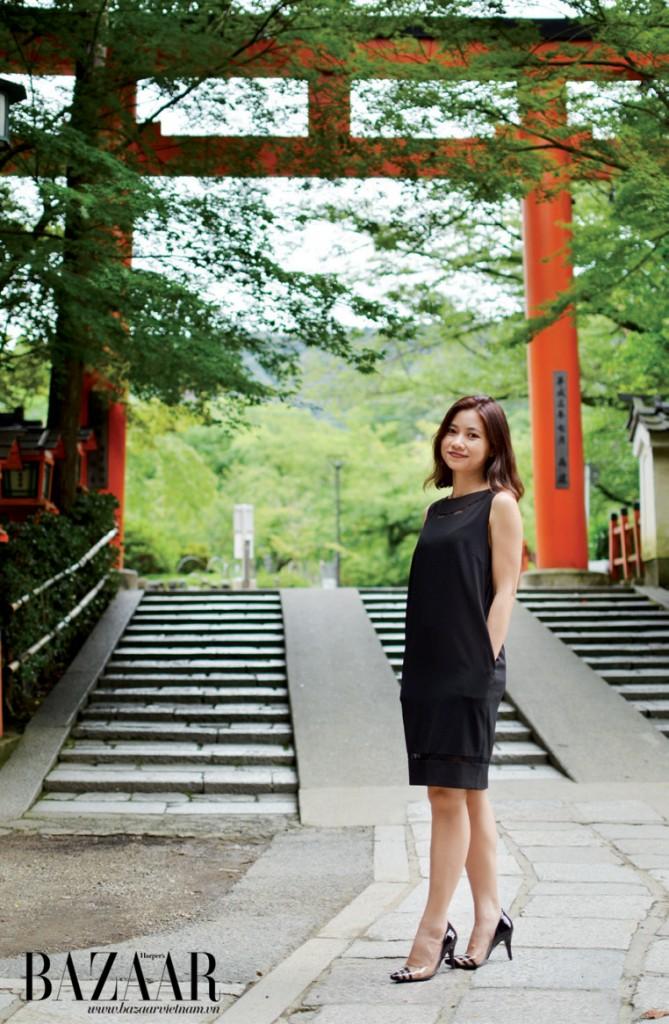 Tác giả đứng trước đền Fushimi Inari