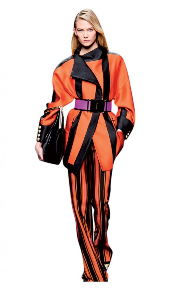 Trong khi những trang sức khác đong đưa hờ hững, thắt lưng thân mật ôm lấy vòng eo chủ nhân, khắng khít và nịt chặt
