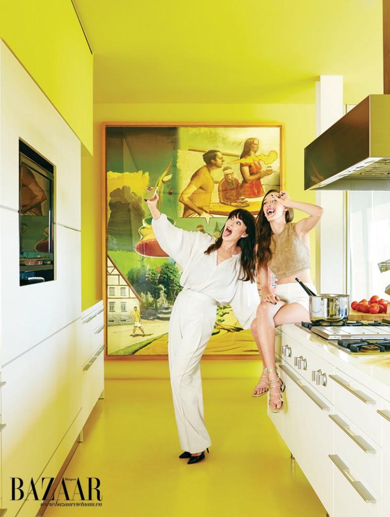 Tamara và Minty chụp selfie trong phòng bếp. Tamara mặc áo, đi giày của Tamara Mellon, quần Akiras. Minty mặc trang phục của Tamara Mellon
