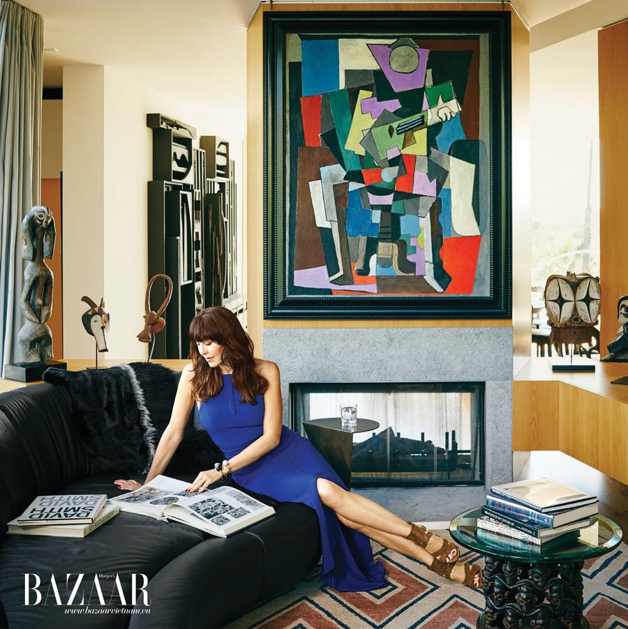 Tamara trong phòng khách, phía trên là bức Arlequin Assis Jouant de la Guitare, 1918, của Picasso. Trang phục và giày của Tamara Mellon. Vòng đeo tay Etro