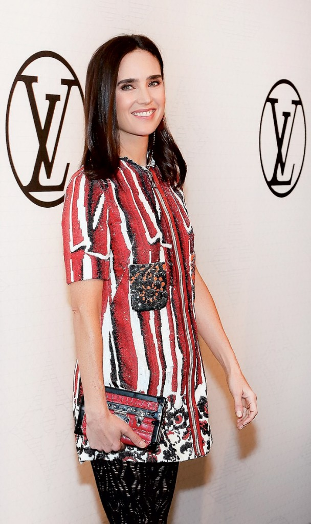 Jennifer Connelly - nàng thơ mới của Louis Vuitton - trong trang phục Xuân Hè 2015 của thương hiệu và cầm ví Petite Malle da cá sấu màu hồng