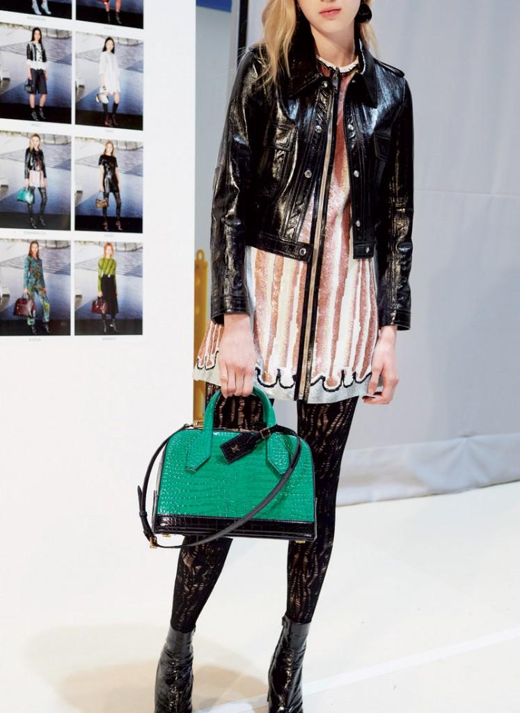 Người mẫu và chiếc túi Dora da cá sấu trong hậu trường show diễn Xuân Hè 2015 của Nicolas Ghesquière cho Louis Vuitton
