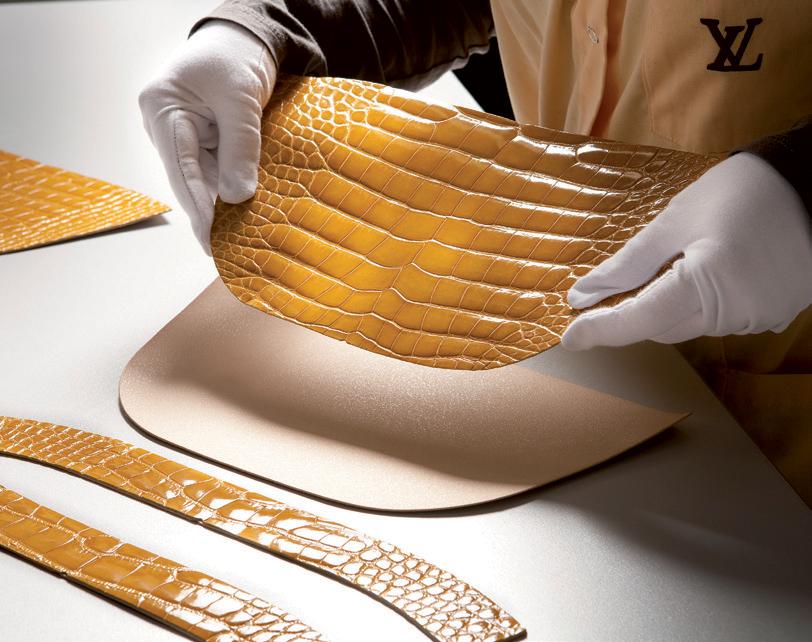 Da cá sấu đã được nhuộm vàng trong xưởng