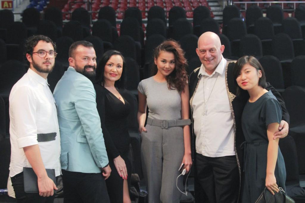 Thanh Hằng chụp ảnh cùng nhà thiết kế Julien Fournié (áo xanh ngọc) và ekip của ông