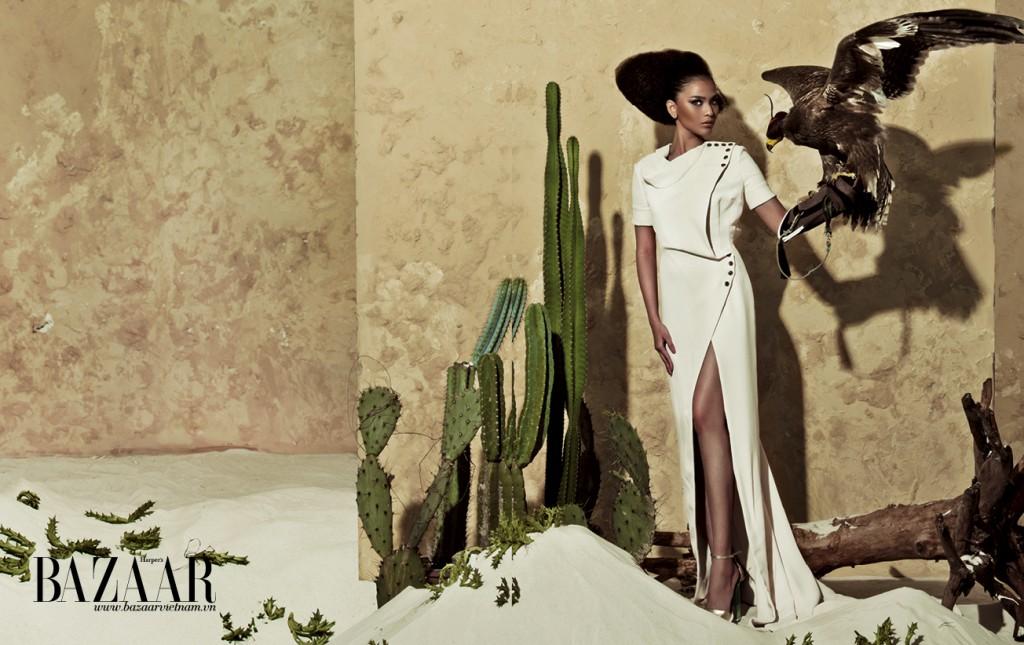 Đầm màu nude cổ đổ xẻ tà cao khoe dáng, đính hàng nút lớn ở cổ và eo, Julien Fournié