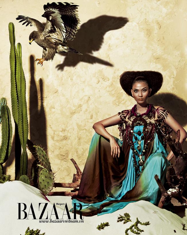 Đầm maxi màu xanh ngọc phối cùng màu mực henna, dây đeo cổ layer thay cho áo choàng khoác bên ngoài, hand made ở châu Phi