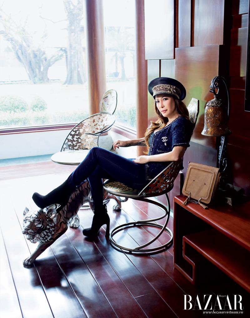 Áo khoác tay ngắn và quần jeans của Chanel. Túi xách của nhà thiết kế trẻ Việt Nam Mya Kot
