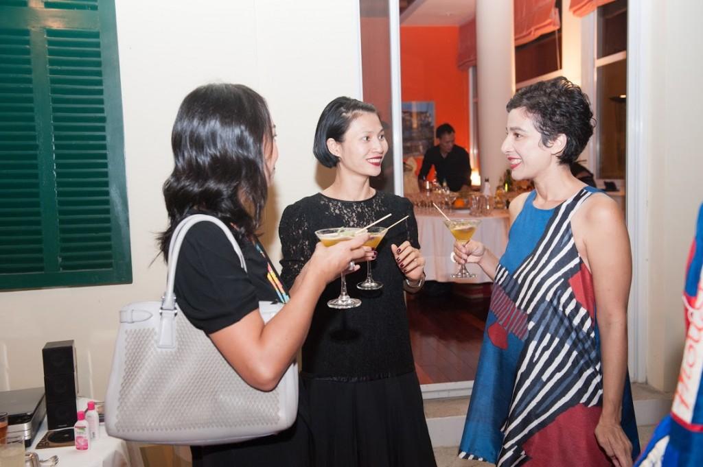 Nhà thiết kế Li Lam (giữa) trò chuyện cùng các khách mời trong đêm tiệc