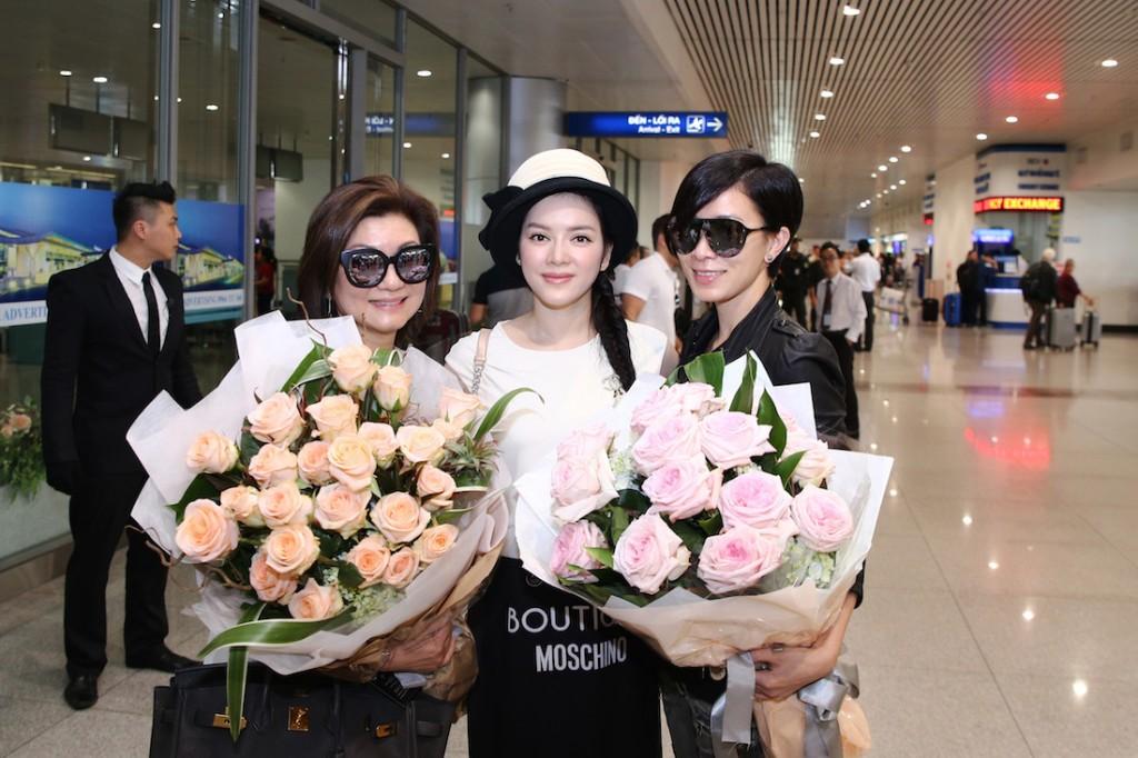 Lý Nhã Kỳ mang hoa tặng Xa Thi Mạn và bà Lạc Di Linh
