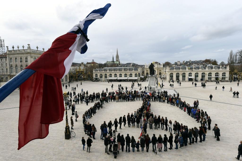 300 người đứng xếp thành hình biểu tượng này trước quảng trường Place Stanislas tưởng nhớ 128 nạn nhân và 300 người bị thương sau vụ khủng bố