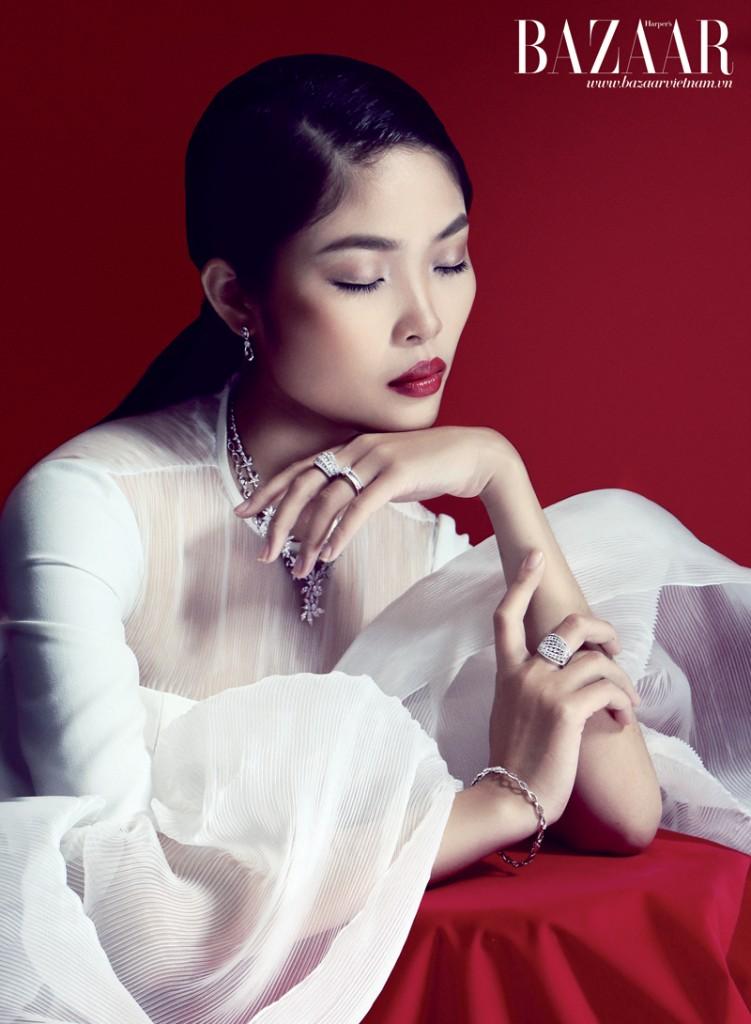 Bộ dây chuyền, nhẫn, lắc tay, hoa tai, Aspial. Đầm với ống tay phồng, Hoàng Minh Hà