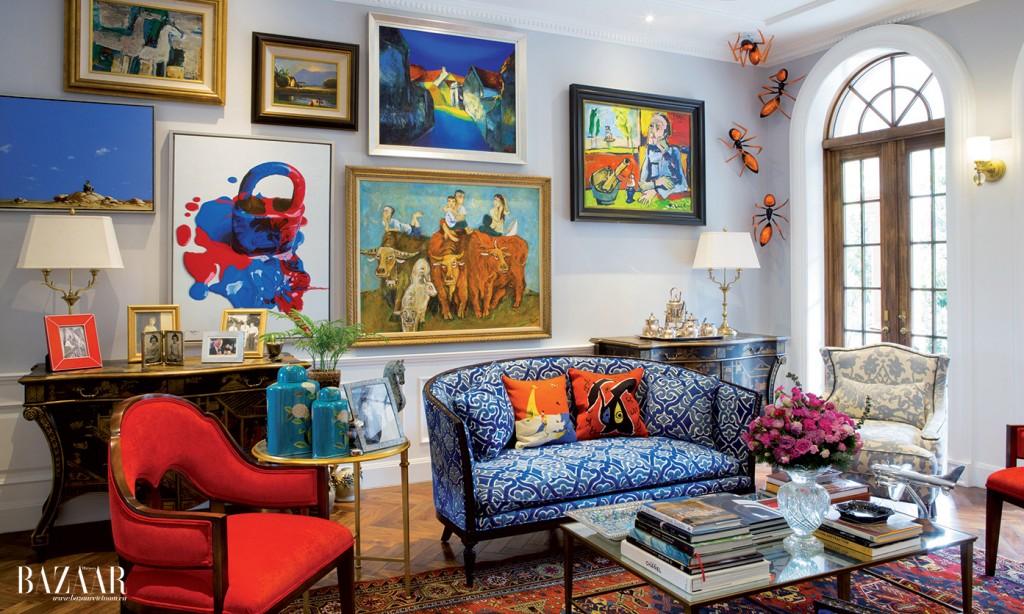 Bức tường dường như quá nhỏ so với bộ sưu tập nghệ thuật đồ sộ của chủ nhân ngôi nhà