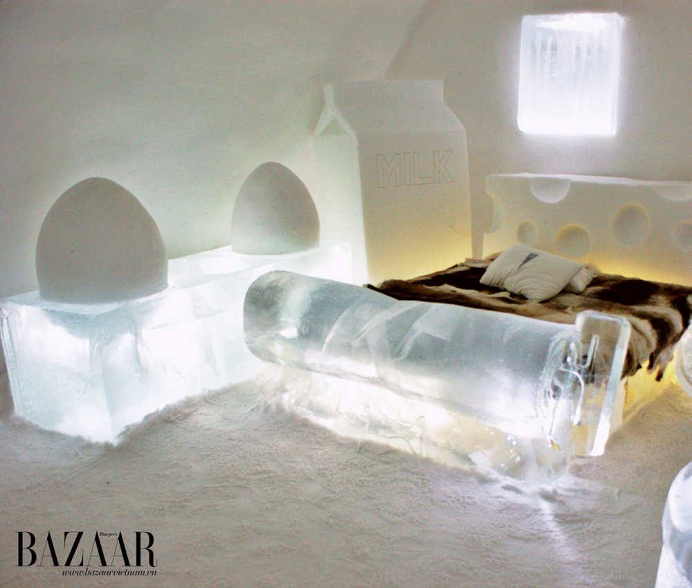 Phòng ngủ với những món trang trí ngộ nghĩnh được chạm khắc từ băng và nệm lông thú