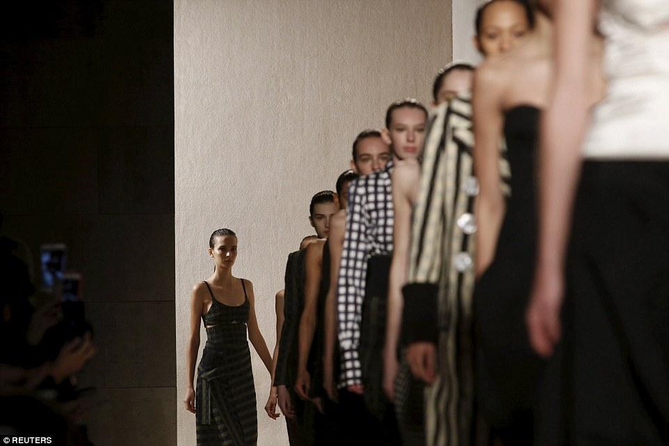 Victoria-beckham-show-nha-beckham-front-row-8